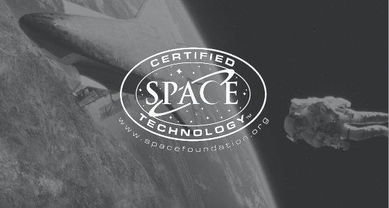 Un astronaute flotte dans l'atmosphère vers une fusée. La lune est représentée en arrière-plan.